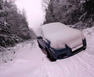 в лесу завалило машину снегом