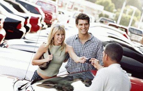 женщина выбирает авто