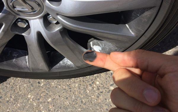 на пальце черная пыль
